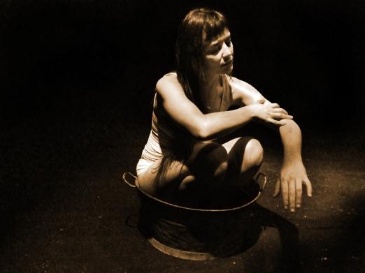Camille se frota los brazos (Foto: Patricia Domínguez del Pino)