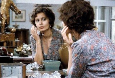 Antonietta y el juego de la seducción frente al espejo