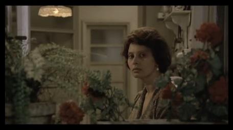Antonietta mira por la ventana en busca de Gabriele