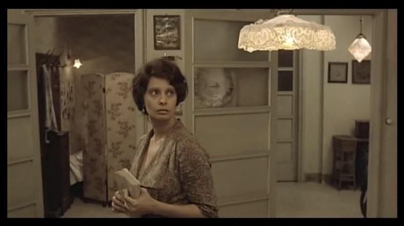 Antonietta recuerda la lámpara que Gabriele arregló sin perder de vista la lectura de Los tres mosqueteros de Dumas