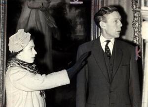Anthony Blunt y la reina Isabel II de Inglaterra visitan el Courtauld Institute of Art en 1959