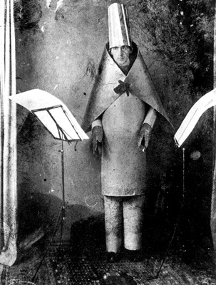Hugo Ball en el Cabaret Voltaire de Zürich en 1916 / ©Fondation Arp (Clamart)