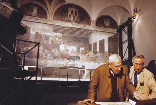 """1995. Federico Zeri en el proceso de restauración de """"La Última Cena"""" de Leonardo da Vinci / Fuente: http://www.plathey.net/livres/essais/zeri.html"""