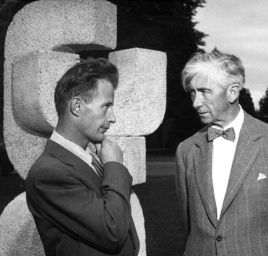 Herbert Read y el escultor Robert Clothier en 1956 / Fuente: UBC Campus Sculptures
